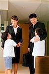 Enfants s'enlaçant les mère et père