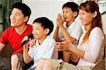 Famille avec deux enfants dans la salle de séjour, son chant