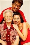 Famille de trois générations, regardant la caméra, portrait