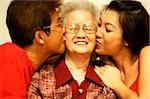 Famille de trois générations, fils et petite-fille baiser grand-mère