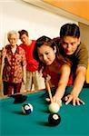 Couple, jouer au pool, père et grand-mère à la recherche
