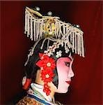 Chine, Beijing, portrait de l'interprète d'opéra de Beijing dans la traditionnelle robe et maquillage, vue latérale