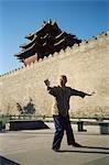 Chine, Pékin, la cité interdite, l'homme faisant de Tai-Chi à l'extérieur de la muraille de la ville