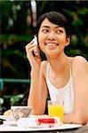 Femme à l'aide de téléphone portable