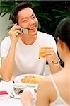 Le petit déjeuner, l'homme à l'aide de téléphone portable de couple