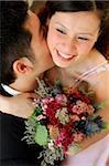 Bräutigam küssen Braut am Hals