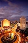 Vue sur le rond-point de l'hôtel Indonésie début de soirée, accueillir des monuments et bâtiments le long de Jalan Thamrin, Jakarta