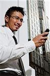 Homme d'affaires regardant téléphone mobile