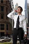Homme d'affaires de la ville, à l'aide de téléphone portable
