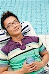Homme écoute pour lecteur MP3, une piscine en arrière-plan