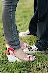 Jeune couple en termes de vêtements mode face à face, à faible section