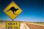 Kangourou traversant le signe, l'Outback australien, Australie