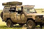 Véhicule de Safari avec l'objectif de la caméra dans la fenêtre, Masai Mara, Kenya