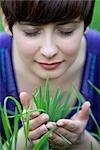 Femme tenant une poignée d'herbe