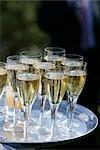 Champagne sur le plateau de l'argent.
