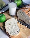 Brot Laib, Glas Milch, Apfel,
