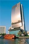 La Banque nationale de construction de Dubaï avec un dhow en bois restaurant amarré en face d'elle, ville de Dubaï, l'émirat de Dubaï, Émirats Arabes Unis.
