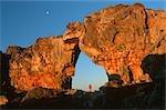 Femme se tenant sous l'arche rocheuse, Wolfberg Arch Cederberg, Province du Western Cape, Afrique du Sud