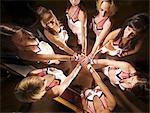 Blick von oberhalb der Cheerleaders mit ihren Händen in die Mitte des Kreises, Universität Pretoria, Pretoria, Südafrika
