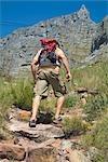 Vue de derrière l'homme escalade montagne de la Table, Cape Town, Western Cape, Afrique du Sud