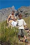 Père et enfants randonnée vers le bas de la montagne de la Table, Cape Town, Western Cape Province, Afrique du Sud