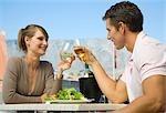 Couple bénéficiant d'un repas au bord de mer à la montagne de la Table en arrière-plan, Cape Town, Western Cape Province, Afrique du Sud