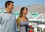 Couple shopping au bord de mer à la montagne de la Table dans la fond, Cape Town, Western Cape Province, Afrique du Sud