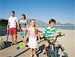 Famille aller pour une promenade sur la plage avec la montagne de la Table dans le fond, Cape Town, Western Cape Province, Afrique du Sud