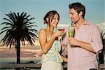 Jeune couple enjoying cocktails au coucher du soleil à Cape Town, Western Cape Province, Afrique du Sud