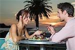 Jeune couple dégustant un repas ensemble au coucher du soleil à Cape Town, Western Cape Province, Afrique du Sud