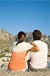 Vue de derrière du jeune couple, profitant de la vue de Table Mountain, Cape Town, Western Cape Province, Afrique du Sud