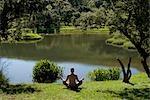 Une jeune femme médite devant un barrage, mpumalanga, Afrique du Sud