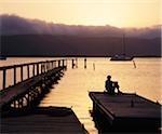 Coucher de soleil vue de la jetée qui s'avance dans la lagune, Knysna, Province du Western Cape, Afrique du Sud