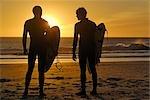 Deux surfeurs silhouettés sur la plage, Cape Town, Western Cape, Afrique du Sud