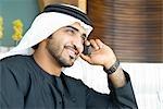 Mann in nahöstlichen Trachten am Telefon, Dubai, Vereinigte Arabische Emirate
