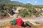 Couple en admirant la rivière Kunene falls, chutes d'Epupa, Kaokoland, Namibie