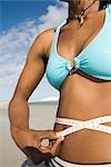 Milieu vue en coupe de femme avec bikini holding mètre-ruban autour de la taille, des aiguilles, Province occidentale du Cap, Sud Afrique