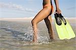 Femme avec palmes marcher dans l'eau, vue, aiguilles, Province du Western Cape, Afrique du Sud en bas