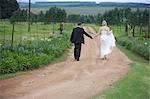 Mariée et le marié marche sur chemin de terre