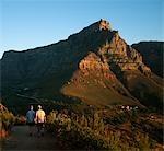 Couple de randonnée dans un sentier de montagne sur la tête de Lion