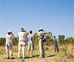 Touristes sur un jeu de Safari à pied des oiseaux