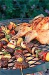 Brochettes de barbecue et de Spatchcocked de poulet sur le barbecue