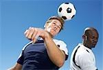 Deux hommes jouant au Soccer - faible Angle de vue