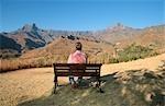Touristiques, profitant de la vue de l'amphithéâtre du Drakensberg dans Province du KwaZulu Natal, Afrique du Sud