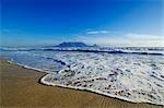 La vue classique de la montagne de la Table de Table View Beach, Cape Town, Western Cape Province, Afrique du Sud