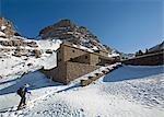 Femme de randonnée dans la neige au refuge Toubkal