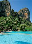 Piscine à l'hôtel Dusit Rayavadee formation rocheuse calcaire derrière, Krabi, Thaïlande, Asie du sud-est, Asie