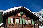 Vieux chalet en bois avec des volets et couverte de neige à Wengen dans le Berner Oberland, Suisse, Europe