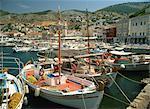 Pêche des bateaux dans le port, avec la ville derrière et les collines de l'arrière-plan sur Hydra, îles Saroniques Argo, îles grecques, Grèce, Europe