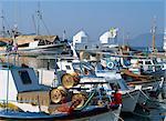 Pêche des bateaux amarrés dans le port de la ville d'Egine, Aegina, îles Saroniques Argo, îles grecques, Grèce, Europe